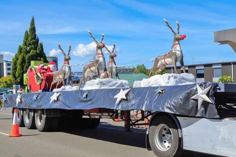圣诞老人项目和骑马夫人圣诞老人和他们的驯鹿在圣诞节游行浮游物 库存图片