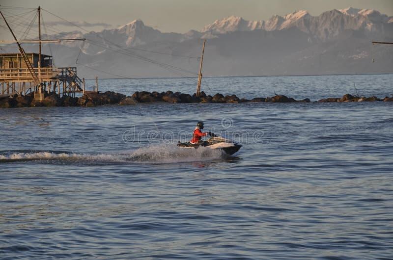 圣诞老人项目在船上喷气机滑雪 免版税库存照片