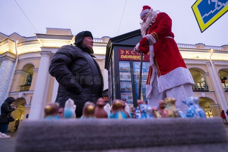 圣诞老人项目在高跷的圣彼德堡 库存照片