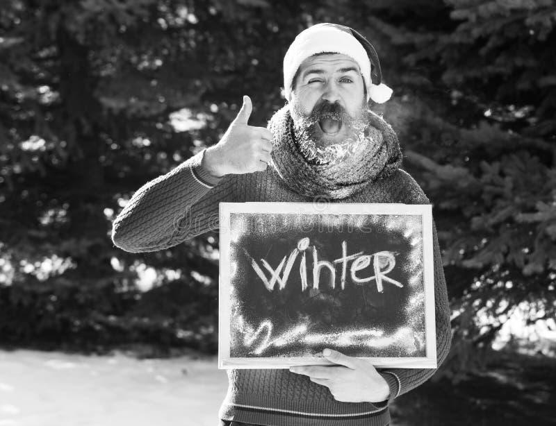 圣诞老人项目帽子、有胡子的用白色霜盖的行家有胡子的和髭的快乐的人,举行赞许 库存图片