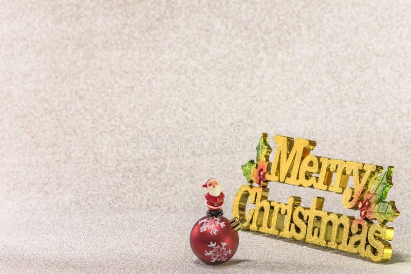 圣诞老人项目逗人喜爱的微小的小雕象在圣诞树雪花的 免版税库存图片