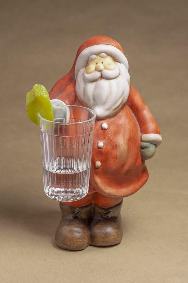 圣诞老人项目黏土形象与一杯的伏特加酒 免版税图库摄影