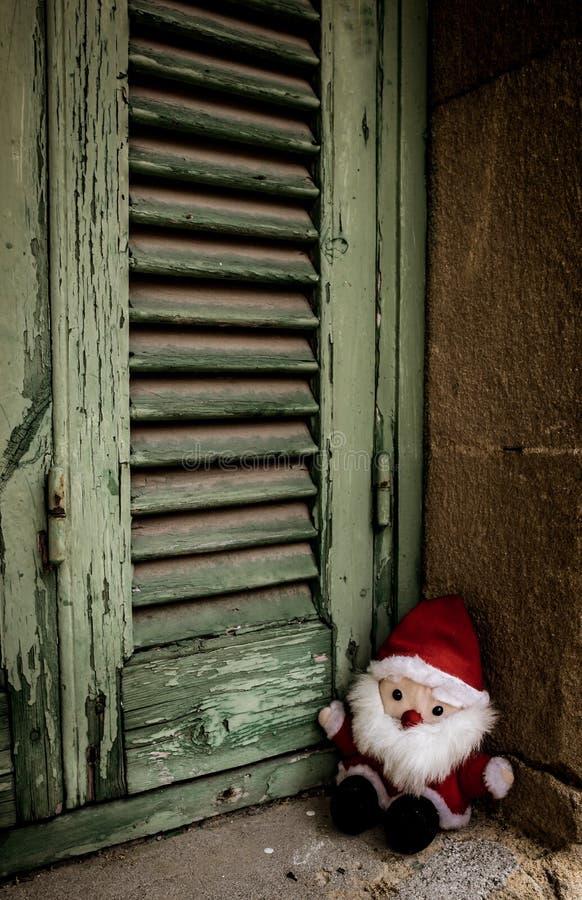 圣诞老人项目,玩偶玩具,在木快门旁边 免版税图库摄影