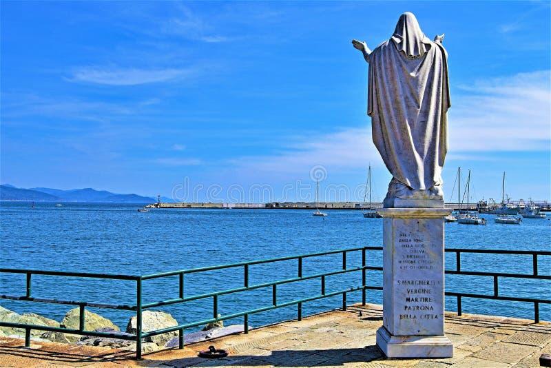 圣诞老人马尔盖里塔雕象在圣诞老人马尔盖里塔pov 2,热那亚,利古里亚,意大利的, 免版税库存照片