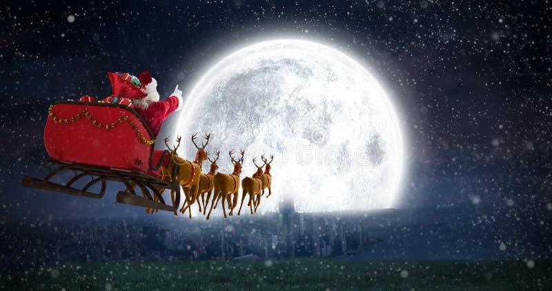 圣诞老人骑马的综合图象在雪橇的与礼物盒 免版税图库摄影