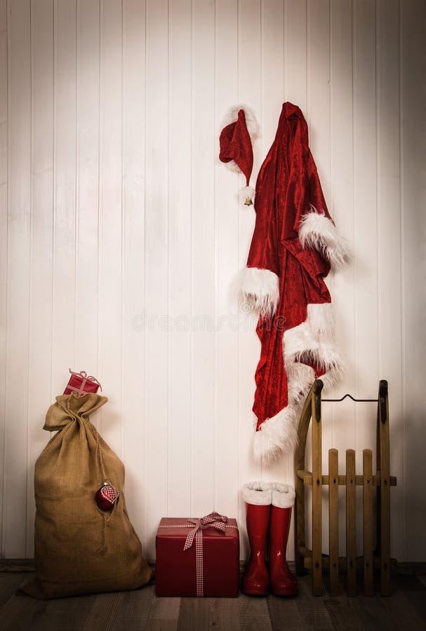 圣诞老人-夹克、帽子、起动、大袋和爬犁器物  免版税库存照片