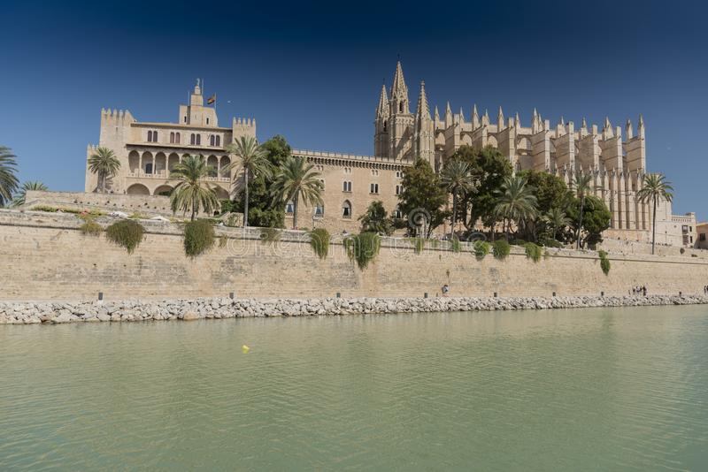 圣诞老人MarÃa大教堂和La阿尔穆代纳L `阿尔穆代纳帕尔马马略卡王宫  免版税库存图片