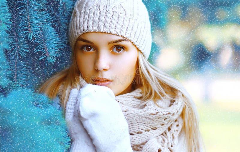 圣诞节、冬天和人概念-画象俏丽的女孩 图库摄影