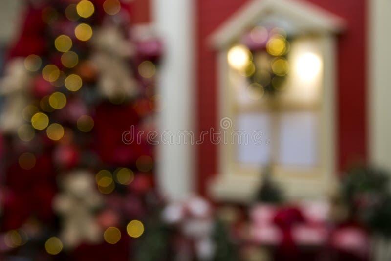 圣诞节、树场面、礼物和装饰的窗口 模糊的backgr 免版税库存图片