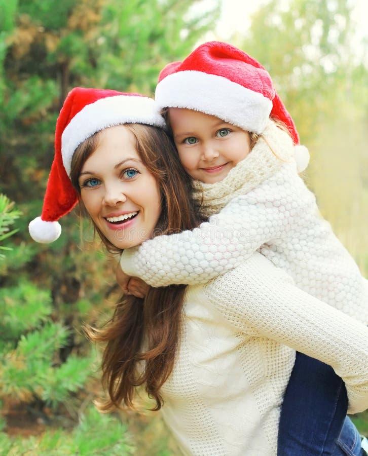 圣诞节、获得家庭观念-愉快的母亲和的孩子乐趣一起 免版税库存图片