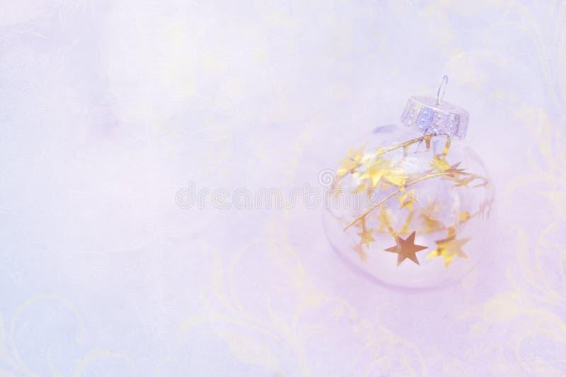圣诞节不可思议的球,等待的圣诞节,不可思议的大气 与金星的透明玻璃圣诞节球在欢乐bokeh 免版税库存照片