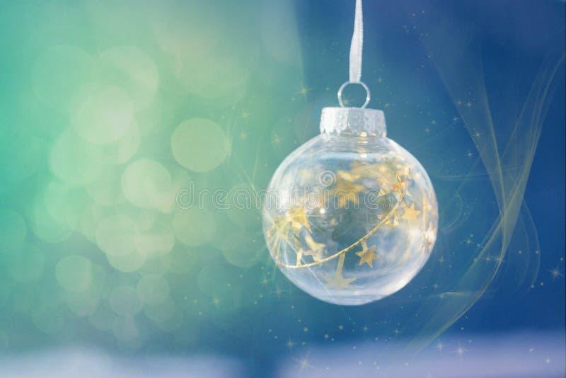圣诞节不可思议的球,等待的圣诞节,不可思议的大气 与金星的透明玻璃圣诞节球在欢乐bokeh 库存图片