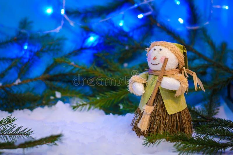 圣诞节与一个雪人的冬天图片在蓝色背景 免版税图库摄影