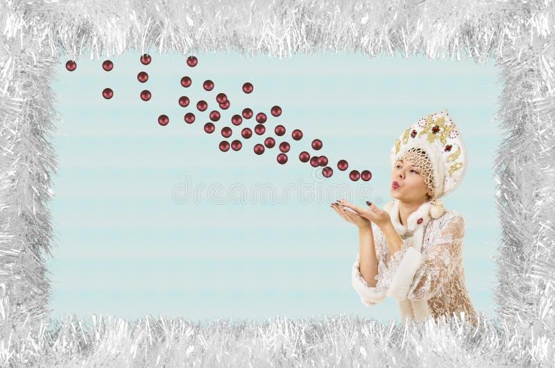 圣诞节与作为圣诞老人项目打扮的一名美丽,年轻,微笑的妇女的设计圣诞节卡片,毗邻由与a的杉木针 免版税库存照片