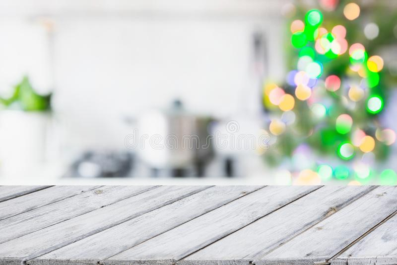 圣诞节与圣诞树的桌背景在焦点外面的厨房里 显示的背景您的产品 库存照片