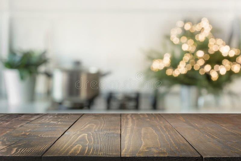 圣诞节与圣诞树的桌背景在焦点外面的厨房里 显示的背景您的产品 免版税库存图片