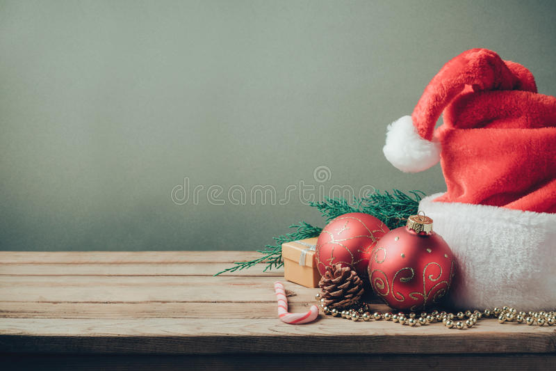 圣诞节与圣诞老人帽子和装饰的假日背景 减速火箭的过滤器作用 免版税库存照片