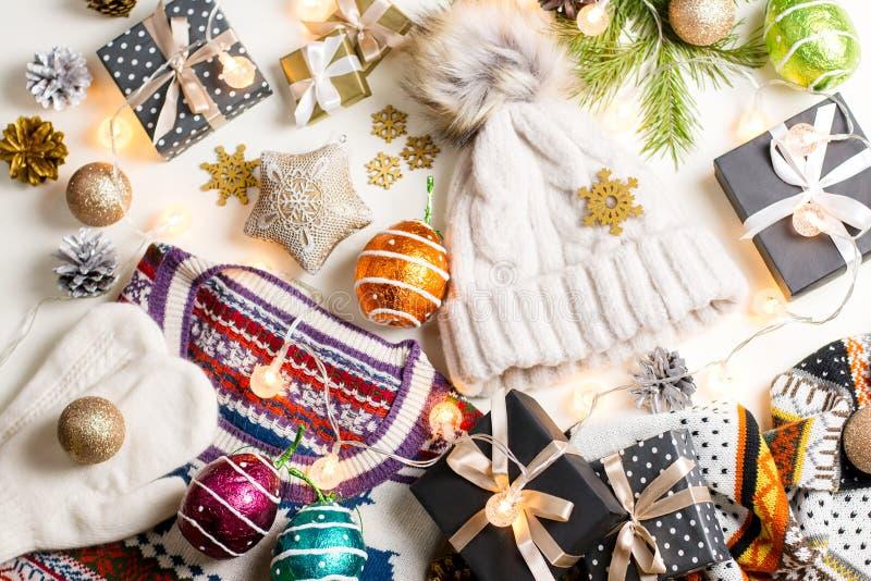 圣诞节与圣诞节毛线衣、帽子、礼物和光的心情构成 冬天概念平的位置,顶视图 免版税库存照片