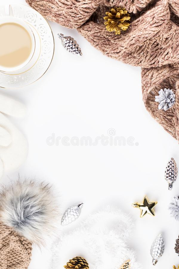 圣诞节与圣诞节毛线衣,帽子,热的饮料,装饰的心情构成 冬天概念平的位置,顶视图 库存图片