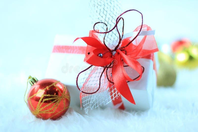 Download 圣诞节与圣诞节球的礼物盒 库存照片. 图片 包括有 气球, 金子, 季节, 庆祝, 12月, 复制, 背包 - 22358934