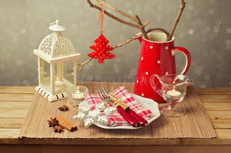 圣诞节与圣诞节装饰和蜡烛的桌设置 库存照片