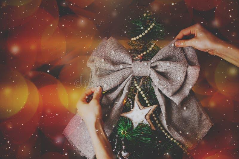圣诞节与弓的新年树 免版税图库摄影