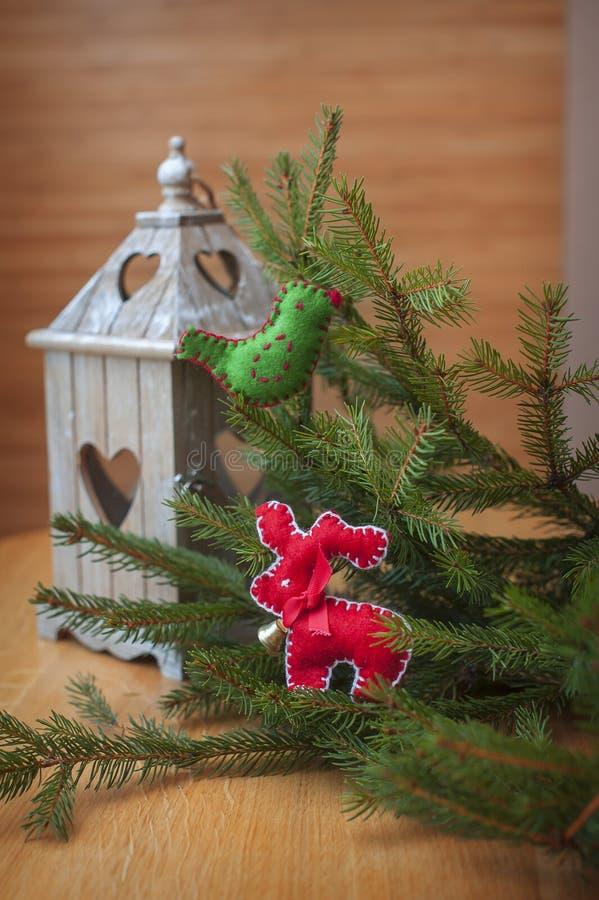 圣诞节与心脏的蜡烛台,与圣诞树装饰 库存图片