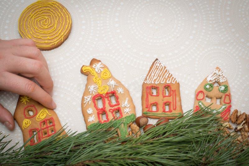 圣诞节与房子形状的姜饼曲奇饼在桌上的 免版税库存照片