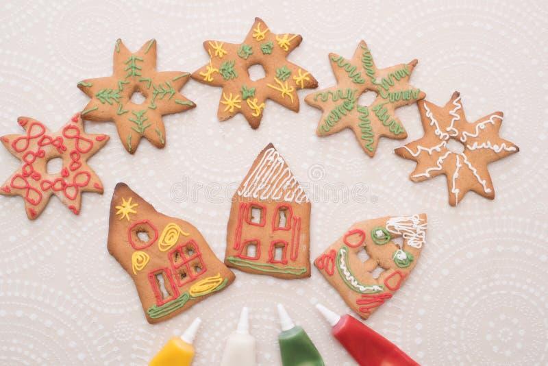 圣诞节与房子形状的姜饼曲奇饼在桌上的 免版税库存图片