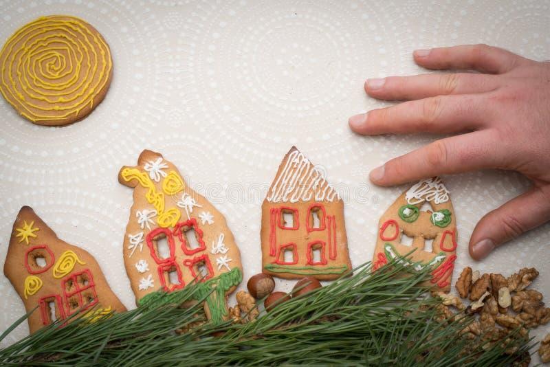 圣诞节与房子形状的姜饼曲奇饼在桌上的 库存照片