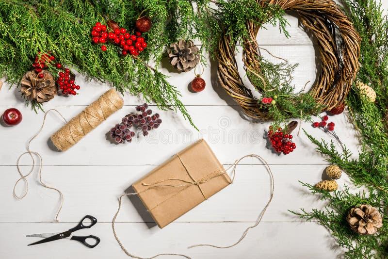 圣诞节与手工制造DIY的礼物装饰在白色木背景 单独做它 图库摄影