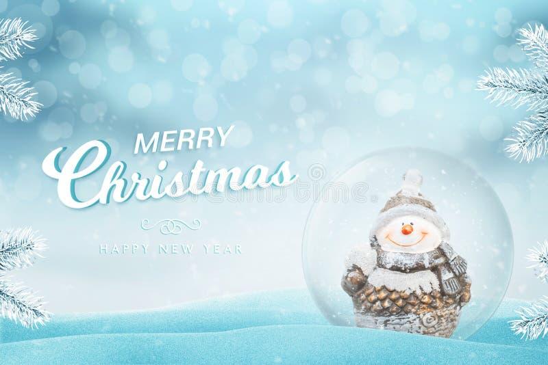 圣诞节与文本的贺卡 与此外雪和雪人的玻璃不可思议的球 免版税图库摄影