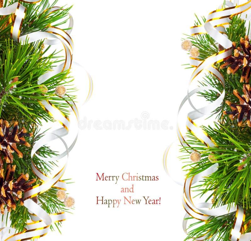 圣诞节与杉木锥体、金飘带和星的冷杉分支 免版税库存照片