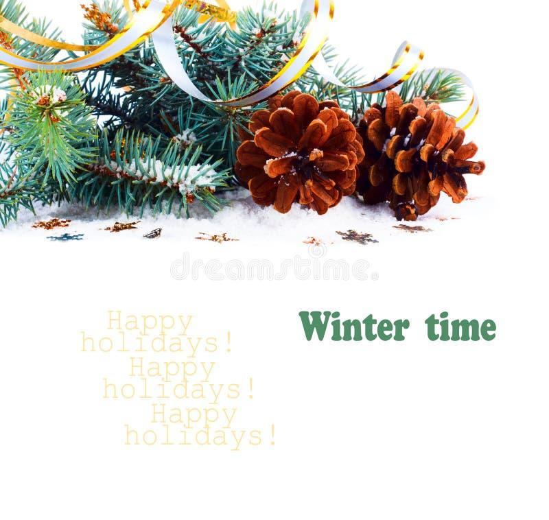 圣诞节与杉木锥体,金飘带的冷杉分支 免版税库存图片