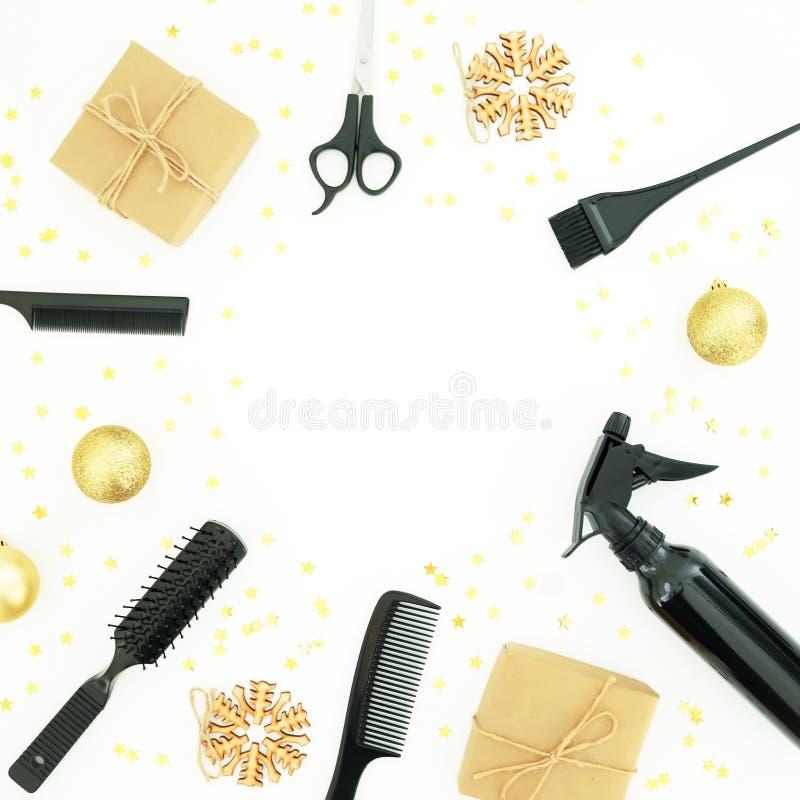 圣诞节与浪花、梳子、剪刀和礼物盒的美发师构成有在白色背景的装饰的 时髦的概念 f 免版税库存图片
