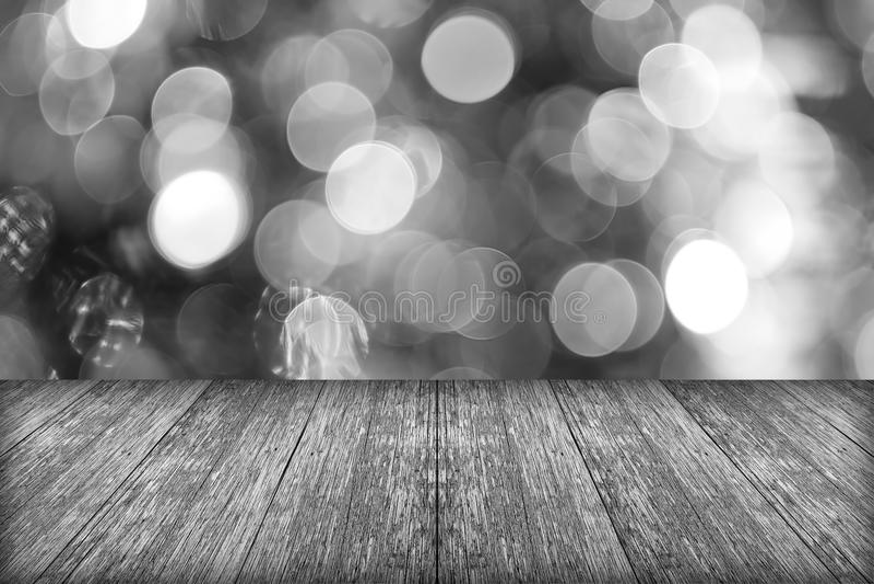 圣诞节与空的木甲板桌的假日背景在w 免版税库存图片