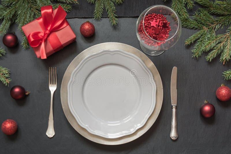 圣诞节与红色装饰和礼物的桌设置在黑色 顶视图 Xmas党 图库摄影