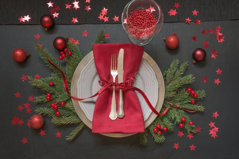 圣诞节与红色装饰的桌设置在黑色 顶视图 Xmas党 免版税库存图片