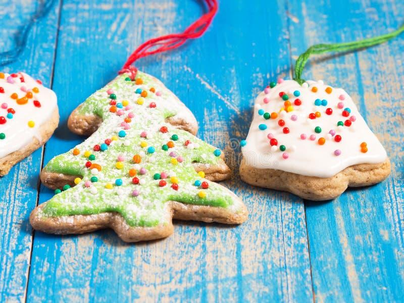 圣诞节与结冰的姜饼干在蓝色背景 关闭 库存图片