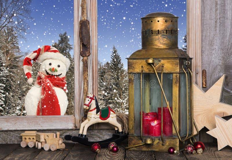 圣诞节与老玩具和一个灯笼的窗口装饰有r的 免版税库存图片