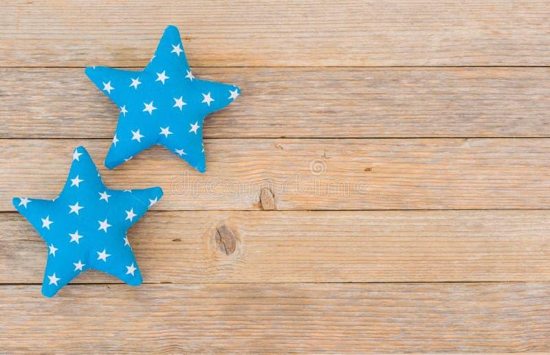 圣诞节与蓝星的假日背景在木头 免版税库存照片