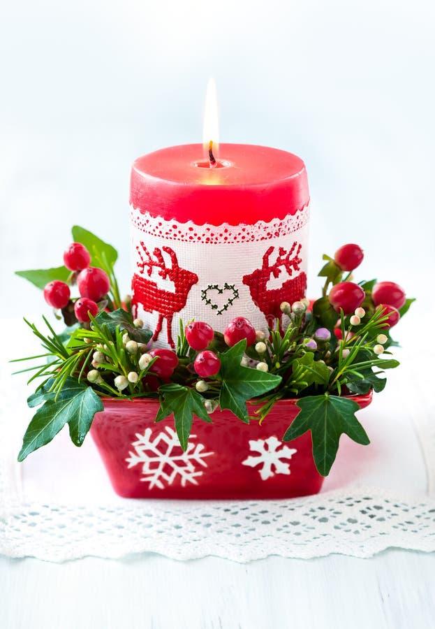 圣诞节与蜡烛的桌装饰 图库摄影