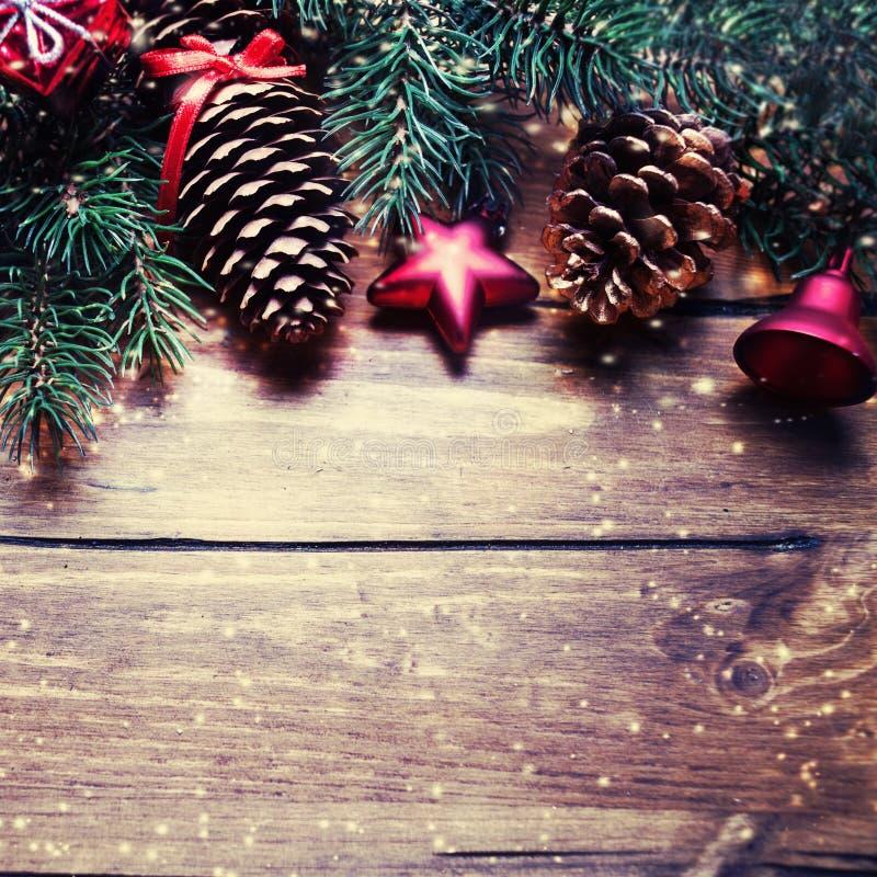 圣诞节与装饰的杉树在vinta的黑暗的木板 免版税库存照片