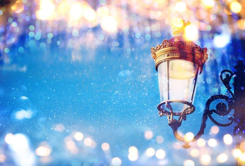 圣诞节与闪烁覆盖物的街灯的抽象图象 免版税图库摄影
