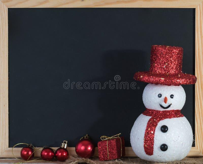 Download 圣诞节与雪人和红色礼物盒的黑板装饰 库存图片. 图片 包括有 幸福, 投反对票, 12月, grunge - 62529475