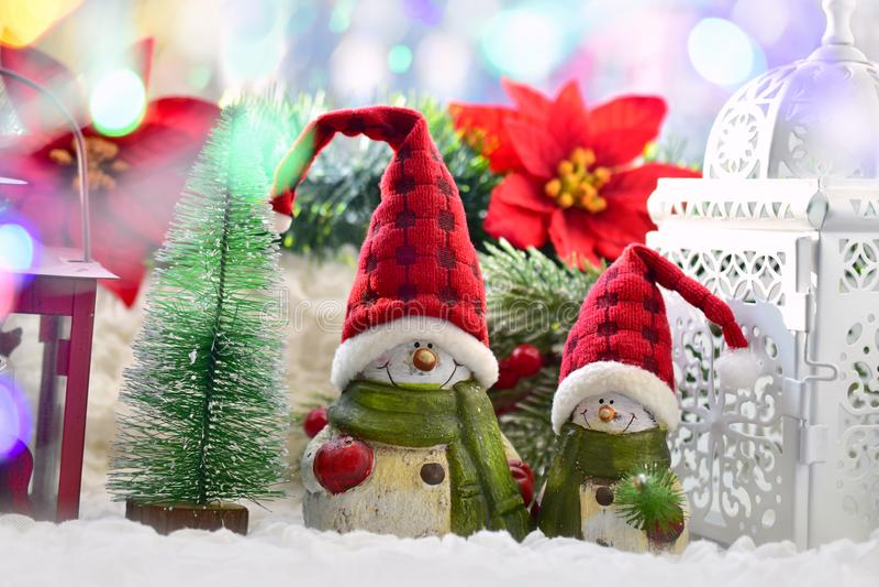 圣诞节与雪人的窗口装饰在圣诞老人帽子和老l 库存图片