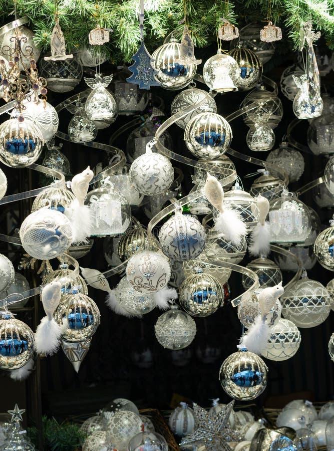 圣诞节中看不中用的物品和装饰显示在销售中在圣诞节市场上 免版税图库摄影