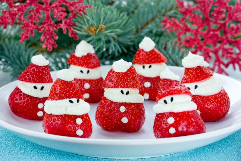 圣诞节乐趣食物想法-草莓圣诞老人,健康和de 库存照片