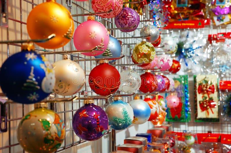 圣诞节五颜六色的装饰行 免版税库存照片
