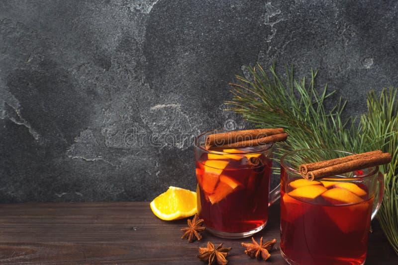 圣诞节仔细考虑了红葡萄酒用香料和果子在一张木土气桌上 在圣诞节时间的传统热的饮料 免版税图库摄影
